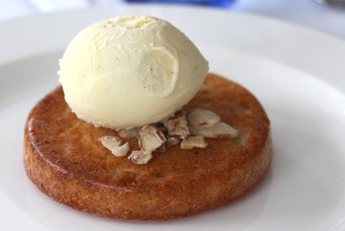 Almond sponge and vanilla